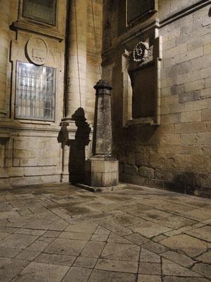 Ein Pilgerschatten an der Kathedrale