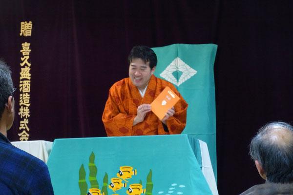 今泉先生訳「オオカミ王ロボ」の本を手に説明しております。