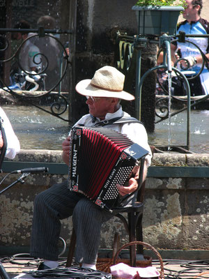 Musicien de la fête près de la Fontaine de la Godivelle