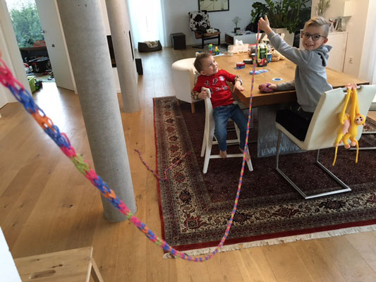 Handstricken - meterlange Ketten, Oskar Kl. 3