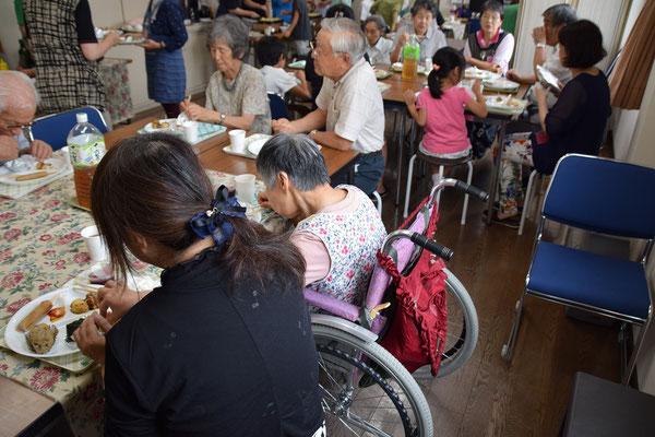 幸子さんに寄り添ってくれたふみえさんが手間に居られます 幸子さん、高松から車椅子でJRをひとりで乗り継いで来られます