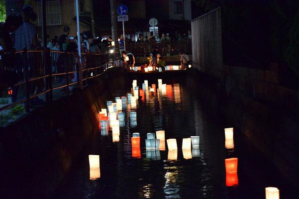 【西大寺の町並みシリーズ(その48 )】2015年8月末、教会から歩いて3分、西大寺を流れる西川に人が集まってきた。