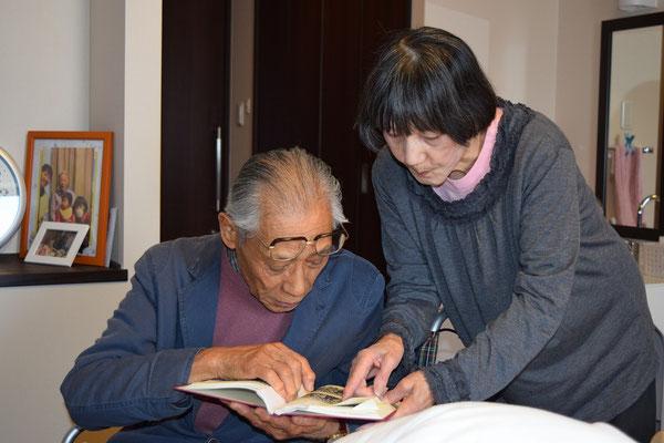 こちらは創立記念百周年の記念誌を見る二人。