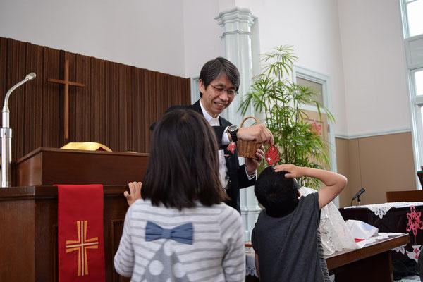 2016年5月、ペンテコステ礼拝にて 炎が子どもたちの上に降りてきた