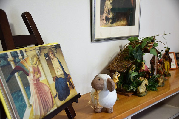 2016年アドヴェントの教会玄関ホールにて ひつじさんはフラアンジェリコを見つめる