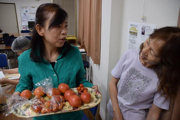 自家製のトマトをプレゼントしてくれた安佐子さんは右側。美樹さんはなんて言ったんだろうね。