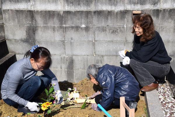 2016年秋、愛犬レマちゃんが召されてお別れをご一家の墓地にて