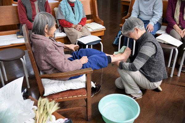 おみ足を拭くタオルは、教会から徒歩1分、薬のラブさんを朝訪ね、新品といたして、ここでは光子さんへのお土産となりました(^^♪