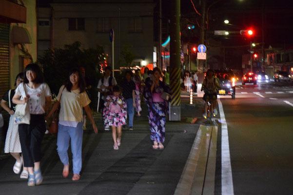 【西大寺の町並みシリーズ(その45)】2015年7月18日(土)の夕べ、西大寺の花火大会の帰り道。夕刻、反対方向に、高校生世代が規則正しく並んで吉井川へ向かっていた。