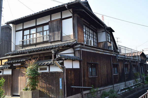 【西大寺の町並みシーズ(その7-2 )】「柳湯」さんの全景。この手前には西川が流れています。趣が素晴らしい。