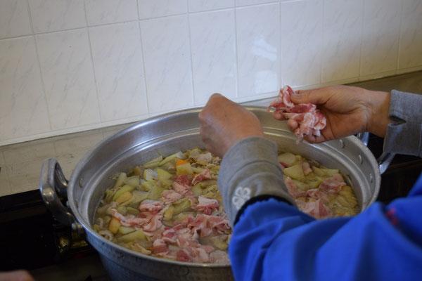 他の野菜が煮込まれたら「豚肉」投入。
