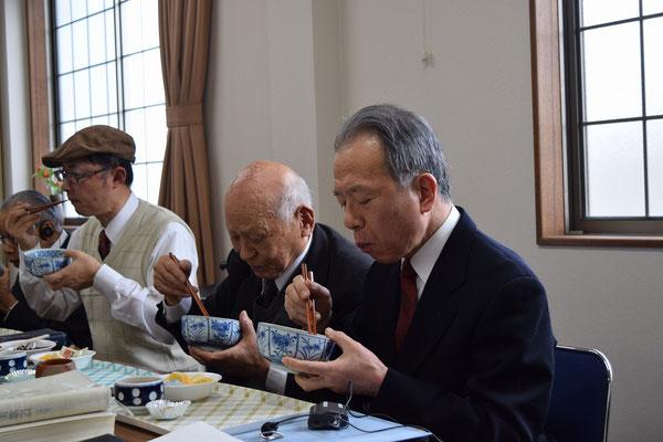 かけ汁を頂く一同の中でも、親子揃ってのお二人。何ともいい場面のようにも思います。95歳の寿先生も楽しみにされていました。