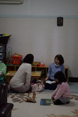 幼稚園の先生を務める安佐子さんと一緒の親子はほーっとしているひととき