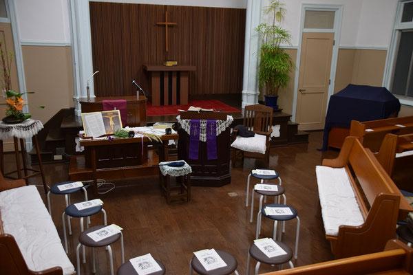 受難日礼拝の空間はこんな感じ。礼拝堂左前方にセッティングしましたよ。丸椅子は賛美歌等を置くためのものです。