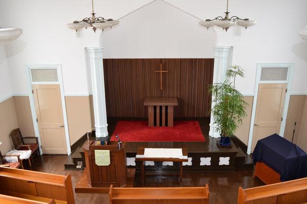 旭東教会の礼拝堂を2階のバルコニーから撮影するとこんな感じです。2015年初夏位でしょうか。講壇の位置が今となっては懐かしい。牧師は窓際に座ってました。