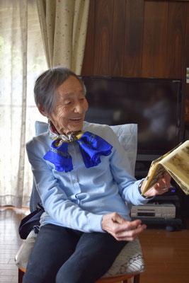 光子さんのファッションをどうぞご覧くださいませ。お近くの90歳のご婦人とどうぞ比べて見てください。