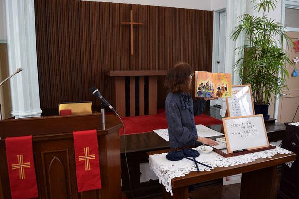 子どもたちへのメッセージのために安佐子さんが準備された絵本には、弟子たちの頭の上に炎が降って来た様子が描かれてます。