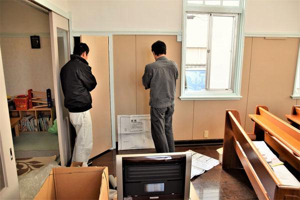 朝一番、設置場所の確認が始まります。花口さんは白ズボンの方。