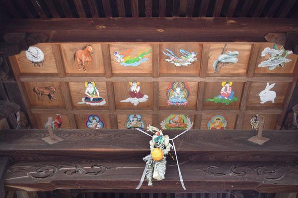 西大寺のとあるお寺の大きな玄関の上に発見したもの。干支の動物たちとあれこれ。