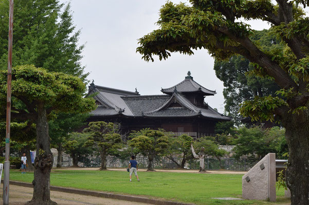 【西大寺の町並みシリーズ(その38)】観音院裏手のひろばからの西大寺です。少年たちがキャッチボールしていました。
