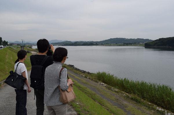 【西大寺の町並みシリーズ(その37)】吉井川は瀬戸内海に繋がり、岡山の上流の方には町々があります。これは上流の方向を眺める牧師の友人夫妻と妻ですな。
