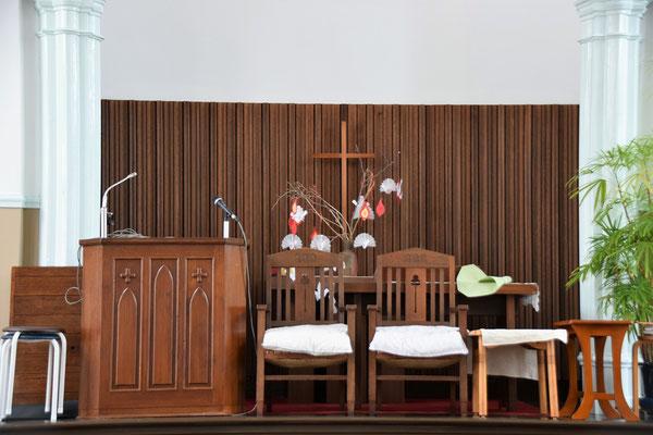 礼拝堂の講壇の上ですよ この空間があって助かります、はい(^^♪