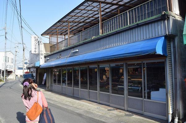 【西大寺の町並みシリーズ(その34)】観音院に向かう細道進むと昔ながらのお魚屋さんがある。かなり横にながーいお魚屋さんだ。