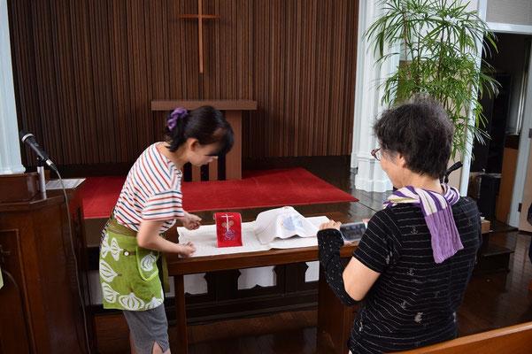 備前焼の聖餐式の聖杯とパン皿のお披露目の数日後、書子さんが来会。お友だちのBlogに写真撮影をお出でになりました。聖餐式の時のように聖布をかけているところ。