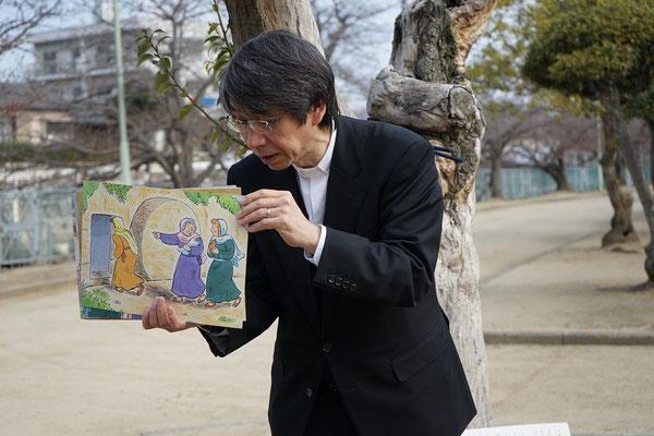 森牧師は紙芝居をはじめてメッセージ。 空っぽの墓の前に立つ婦人達の姿が見えます。