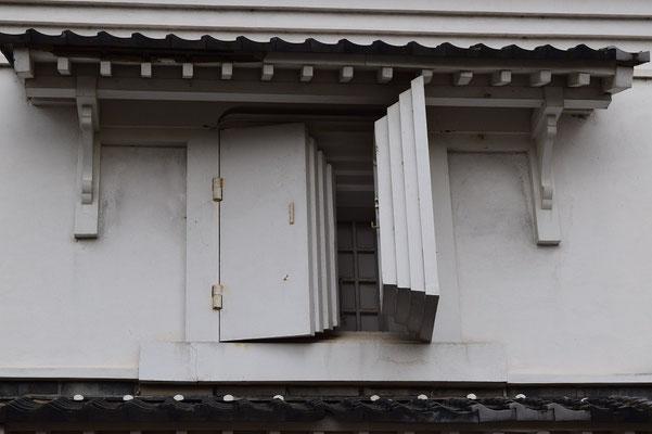 【西大寺の町並みシリーズ(その3-4 )】「西大寺文化資料館」となっている建物。昔の、天満屋さんの倉の扉です。なぜ、あんな構造になっているのか。