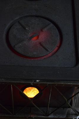 燃えさかる炉を別角度から撮影しました。