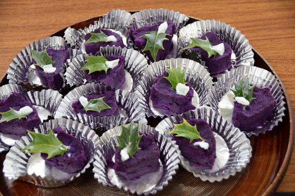 書子(ふみこ)さんが冷蔵庫に「皆さんで食べて下さいね」と届けてくれていたのがこちら。簡単なんです、と言われますが、アドヴェントのカラー紫色のお菓子が登場してびっくりです。