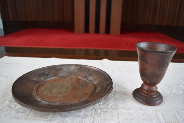聖杯の話から「先生、パン皿は?」ということになり、どうも、秘蔵っ子的なお皿らしいものが差しだされたのが左。それにしても、旭東教会らしい聖礼典の器が揃いました。既に、洗礼盤は、明美さんからのものが以前ささげられています。