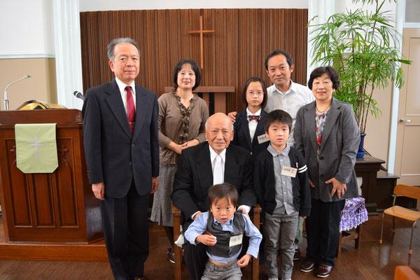 2015年11月、脇本寿牧師を真ん中に3代が揃った。