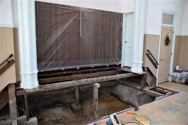 2020年5月11日 講壇の下がどんな基礎や木材になっていたのかが見えました。教会のみんなが写真撮影のために上がっていた講壇は、僅かな木材で支えられていたことがわかります。講壇が低くなりますので、中心的な柱は撤去されて変わります。