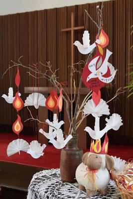 今年の旭東教会のペンテコステの飾り付けはこんな感じです。作者は美樹さん。