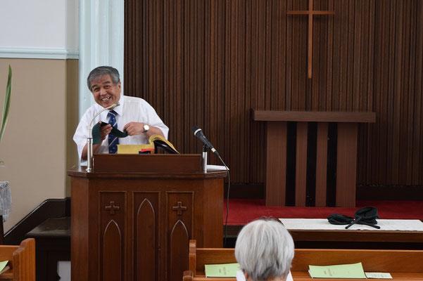 2015年7月、就任式が行われる日の朝の司式は富雄さん