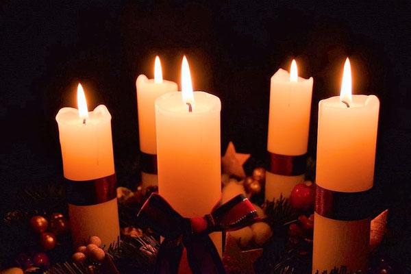2016年のジュニアサークル用のアドヴェントクランツ。夕暮れのあと、礼拝堂の灯りも消して撮影