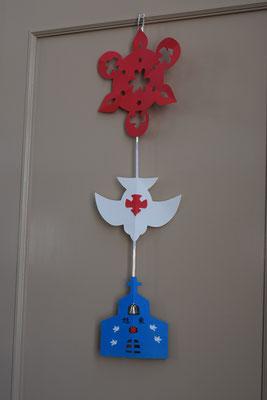 歴史ある旭東教会の礼拝堂の扉に飾られたペンテコステの切り紙。教師の友の編集部のとんとんから教えて頂きました。
