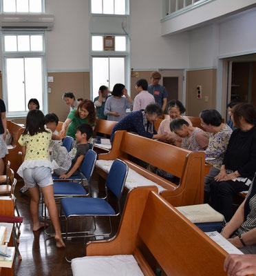ファミリー礼拝恒例の平和の挨拶の終盤かな じっくり見るとドラマ?があります