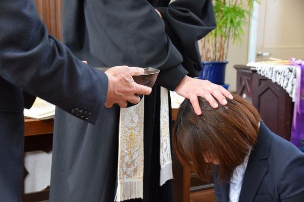 2017年4月2日(日)寿子さんの洗礼式 授洗の瞬間 泰さん補助