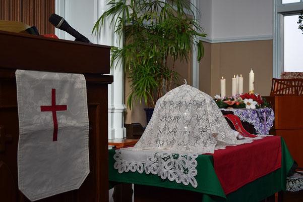 礼拝開始直前の講壇 聖餐を祝い アドヴェントクランツが飾られる日曜日