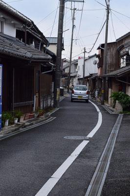 【西大寺の町並みシリーズ(その58 )】昔、正さんのお父さまが歯科医をなさっていた方面です。自動車の大きさと街並みの近さ、そして、うねり具合もいいです。