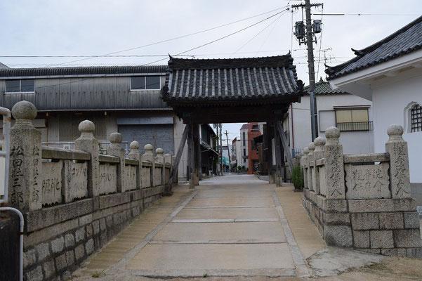 【西大寺の町並みシリーズ(その36)】観音院の出口側というのか、内側から町の方に向かう景色です。