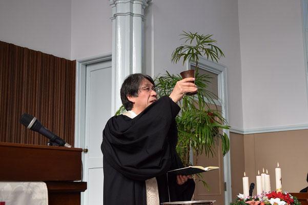 2015年クリスマスの聖餐式 杯を手にする森牧師