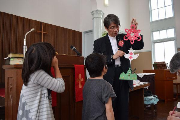 礼拝の中の1分間メッセージの場面です。二人のちびっ子が礼拝に出席していました。