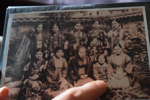 90歳の光子さんが幼い頃におとなの皆さんと一緒に写真機の前に座ったときのもの。一人だけ子どもがいますね。