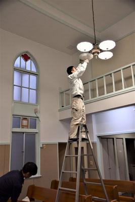 こちら、文中に出てきた、礼拝堂の電灯交換の時の一枚です。左下にはお手伝いの甥っ子さん。