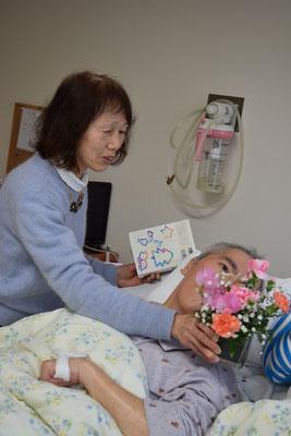 パパ、お誕生日の贈り物のお花を頂きましたよ