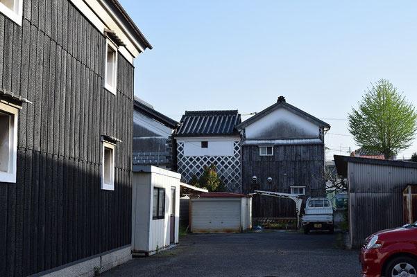 【西大寺の町並みシリーズ(その35)】赤色の自動車と昔ながらの風情ある建築のコントラストが美しい(と思う)。西大寺まで1分位のところ。